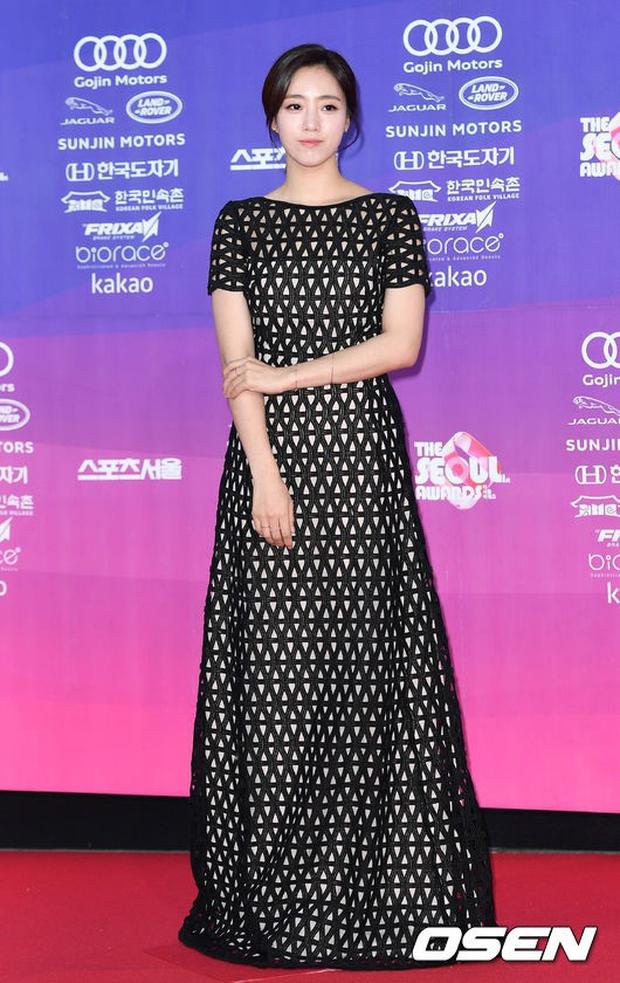 """Thảm đỏ The Seoul Awards: """"Hoa hậu Hàn đẹp nhất thế giới"""" chiếm hết spotlight, Yoona (SNSD) liên tục dùng tay che vòng 1 khiêm tốn - Ảnh 19."""