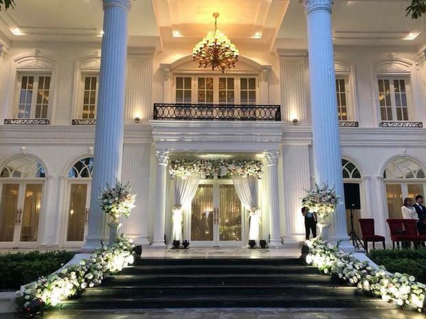 Đám cưới sang chảnh với 10.000 bông hoa tươi và váy đính 5.000 viên pha lê của cô dâu xinh đẹp ở Hà Nội - Ảnh 19.