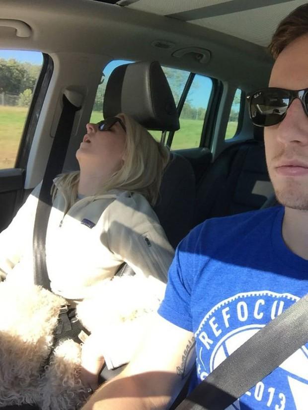 Ông chồng có tâm nhất năm: Cứ nhằm lúc vợ ngủ ngáy trên xe là chụp ảnh rồi khoe khắp mạng xã hội - Ảnh 19.