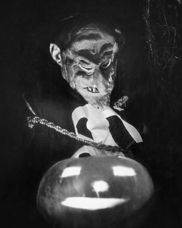 Những bộ hóa trang ám ảnh đến rùng rợn: Halloween ngày xưa kinh dị hơn giờ gấp nhiều lần - Ảnh 18.