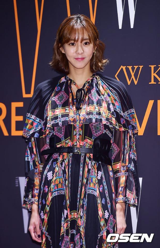 """Sự kiện hiếm có: """"Mẹ Kim Tan"""" Kim Sung Ryung hở bạo, cùng dàn mỹ nhân không tuổi thay nhau """"đè bẹp"""" các nhan sắc đàn em - Ảnh 20."""