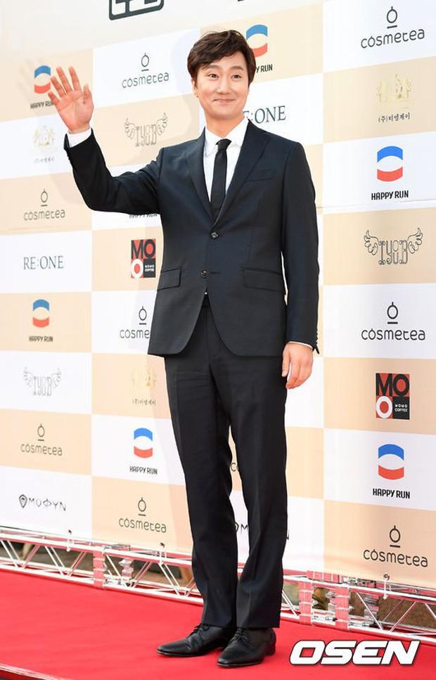 Thảm đỏ Liên hoan phim: Em trai Kim Tae Hee tái xuất, Phạm Băng Băng Hàn Quốc diện đầm khó hiểu bên Eunjung - Ảnh 20.