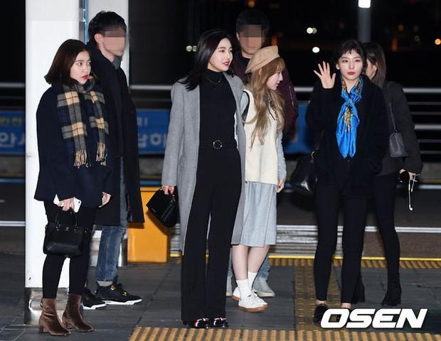 Jessica trở lại thời kỳ đỉnh cao nhan sắc nhưng lại lộ chân tong teo, Sunmi cùng dàn sao Hàn đổ bộ sân bay - Ảnh 20.