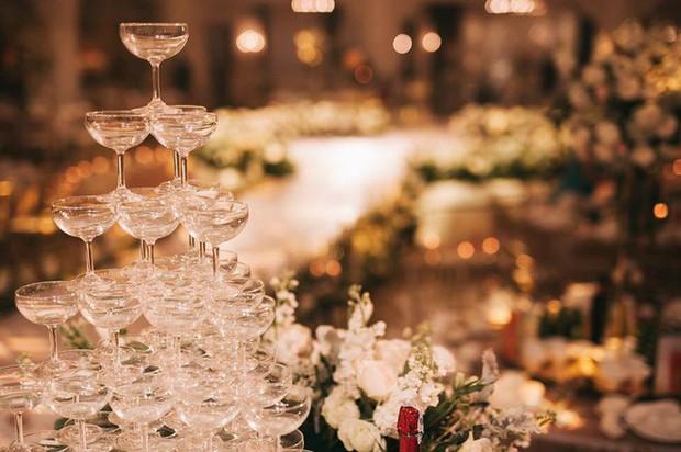Đám cưới sang chảnh với 10.000 bông hoa tươi và váy đính 5.000 viên pha lê của cô dâu xinh đẹp ở Hà Nội - Ảnh 20.