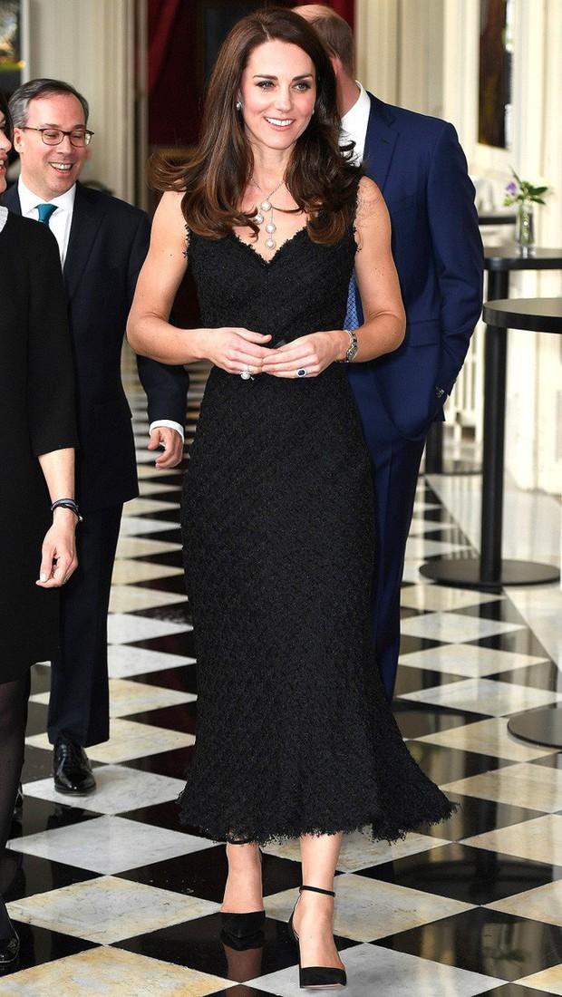 Tổng kết năm 2017, Công nương Kate đã chi hơn 3 tỷ đồng mua sắm quần áo - Ảnh 20.