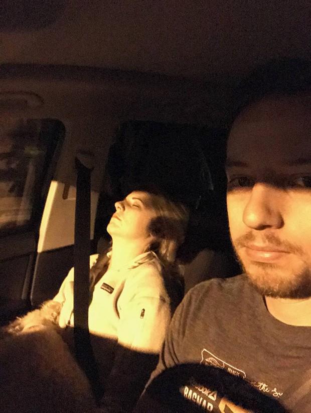 Ông chồng có tâm nhất năm: Cứ nhằm lúc vợ ngủ ngáy trên xe là chụp ảnh rồi khoe khắp mạng xã hội - Ảnh 20.