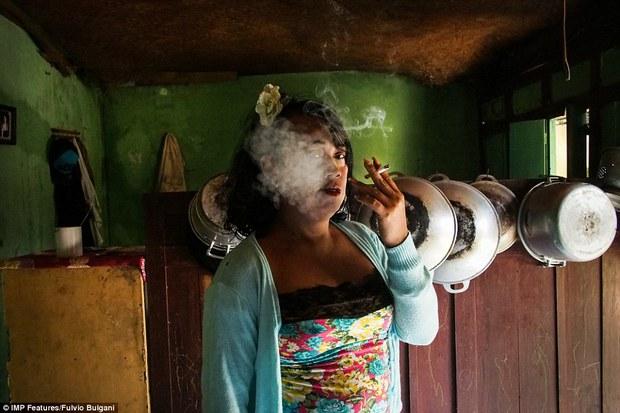 Chùm ảnh: Cuộc sống tủi nhục của người chuyển giới Indonesia - Ảnh 12.