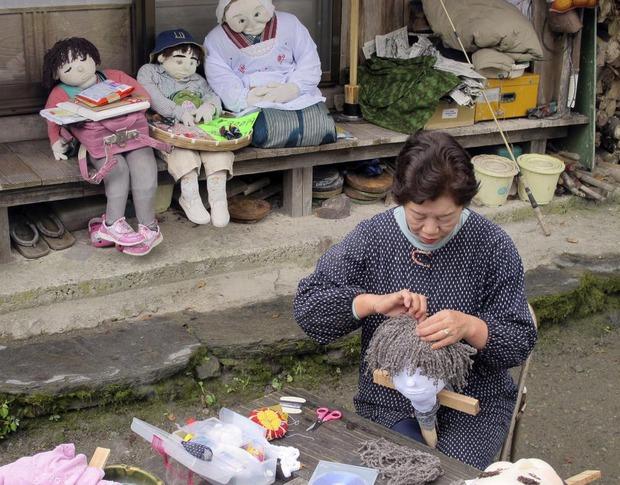 Ám ảnh khung cảnh rùng rợn của ngôi làng tại Nhật Bản nơi búp bê dần thay thế con người - Ảnh 2.