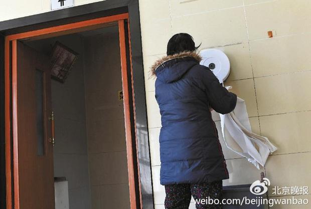 Trung Quốc: Ngay giữa thủ đô Bắc Kinh, đến giấy vệ sinh cũng bị biển thủ - Ảnh 3.