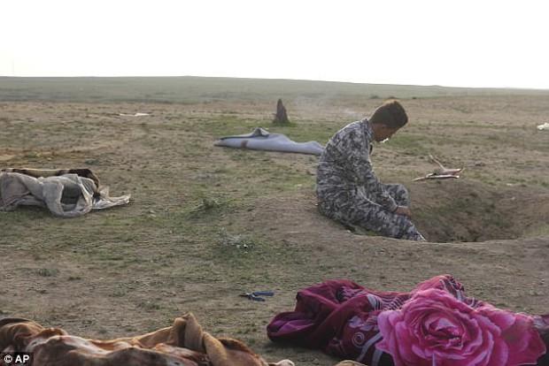 Bức ảnh thi thể bé gái quấn trong chăn gợi lên nỗi đau chiến tranh của trẻ em Iraq - Ảnh 3.