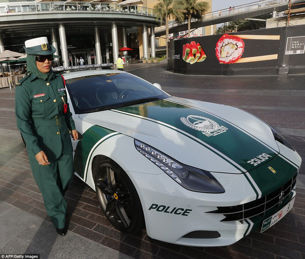 Đã có xe siêu xịn giờ còn nhanh nhất thế giới, cảnh sát ở Dubai đúng là sướng không ai bằng - Ảnh 4.