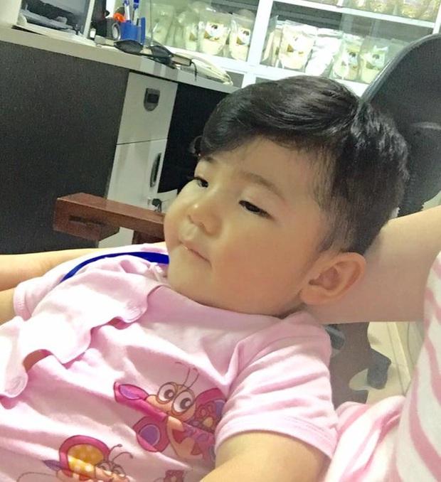 Sau gần 1 năm có mẹ nuôi, em bé Lào Cai từng suy dinh dưỡng nặng đã bụ bẫm và đáng yêu như thế này đây! - Ảnh 3.
