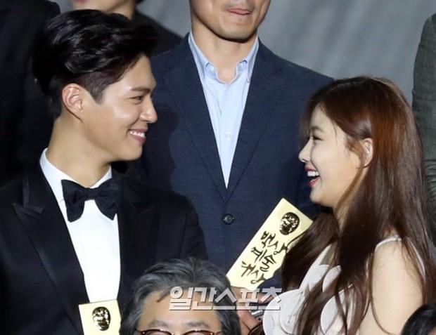 Khi mọi người chú ý vào thảm đỏ Baeksang, có một Kim Yoo Jung thầm lặng chỉnh áo cho Park Bo Gum - Ảnh 3.