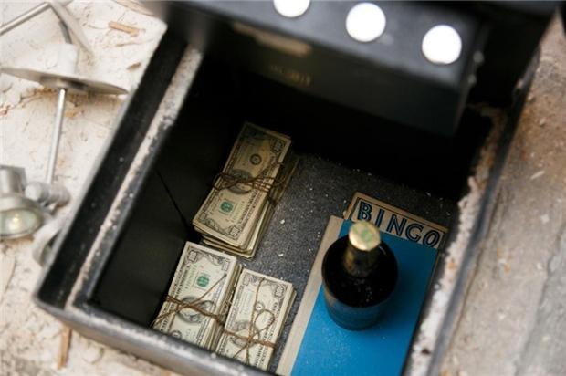 Dốc cạn tiền tu sửa bếp, cặp đôi bất ngờ phát hiện kho báu bạc tỷ - Ảnh 4.