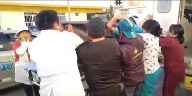 Tin thế giới: Sản phụ liên tiếp bị nhân viên y tế đánh rơi xuống nền bê tông - Ảnh 3.