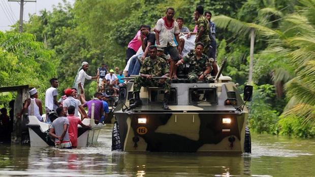 Lũ lụt lịch sử, người dân sơ tán trên xe bọc thép - Ảnh 3.