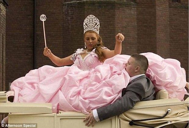 Những bộ váy cưới khiến khách đi ăn tiệc cười chết ngất: Độc là được, xấu đẹp miễn bàn - Ảnh 3.