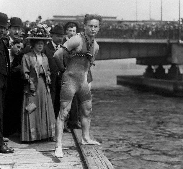 Lật tẩy màn ảo thuật kinh điển của Mỹ những năm đầu thế kỷ 20: còng tay nhốt trong thùng kín - Ảnh 3.