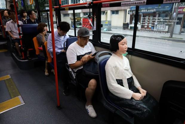 Câu chuyện buồn phía sau bức tượng người phụ nữ trên những chuyến xe buýt ở Hàn Quốc - Ảnh 3.