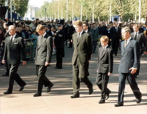 Hoàng tử William lần đầu mở lòng chia sẻ cảm xúc đưa tang mẹ ở tuổi 15: Tôi cảm nhận được rằng, mẹ đang đi bên cạnh và dìu dắt anh em tôi... - Ảnh 3.