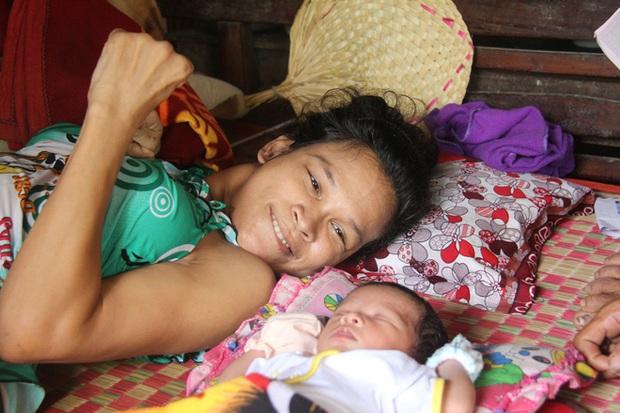 Nhìn cách người mẹ điên chăm sóc con gái sơ sinh 15 ngày tuổi ai cũng xúc động vì tình mẫu tử - Ảnh 3.