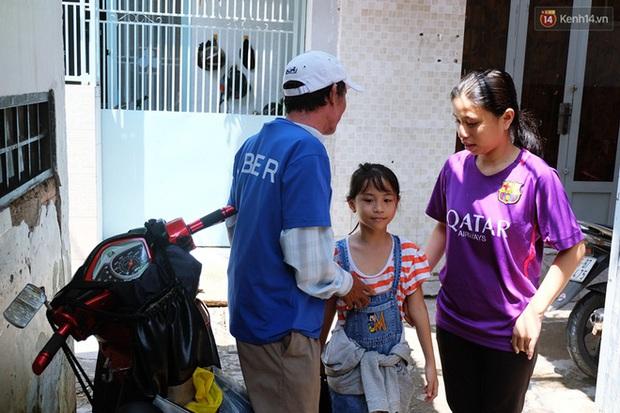 Câu chuyện cảm động của thầy giáo đơn thân chạy xe ôm nuôi 2 cô con gái ăn học ở Sài Gòn - Ảnh 3.