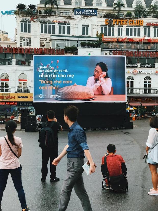 Người Hà Nội rưng rưng trước màn hình billboard có câu hỏi: Đã bao lâu bạn chưa chạm vào bàn tay mẹ? - Ảnh 4.