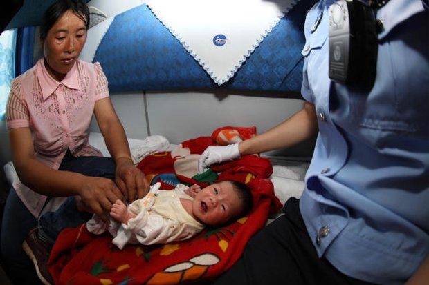 Ôm bé trẻ sơ sinh ngủ li bì mười mấy tiếng trên tàu, tội ác của cặp vợ chồng bị lật tẩy - Ảnh 3.
