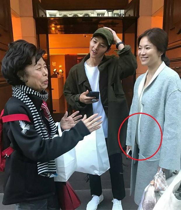 Song Joong Ki bị bắt gặp mua sách chăm con, củng cố tin đồn Song Hye Kyo đang mang thai? - Ảnh 5.