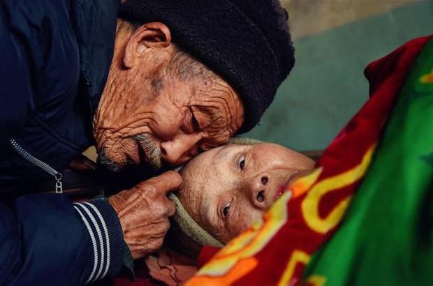 Kết hôn được 5 tháng vợ mắc bệnh tê liệt toàn thân, người chồng bên cạnh chăm sóc 58 năm - Ảnh 3.