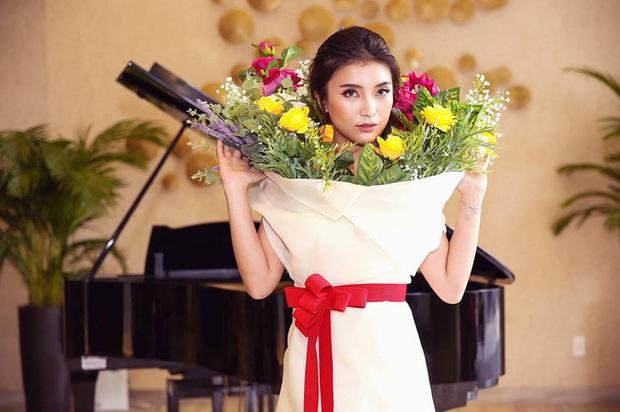Ngang nhiên mượn thiết kế của Moschino nhưng bó hoa Tiêu Châu Như Quỳnh lại kém sắc trầm trọng - Ảnh 3.
