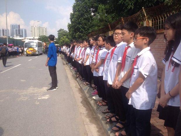 Hàng nghìn học sinh Lương Thế Vinh đứng hai bên đường tiễn đưa đoàn xe chở linh cữu thầy Văn Như Cương về nơi an nghỉ cuối cùng - Ảnh 38.