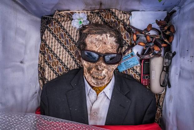 Ăn chung mâm, ngủ chung nhà với thi thể suốt cả năm trời: Những tập tục rùng rợn nhất ở Indonesia - Ảnh 3.