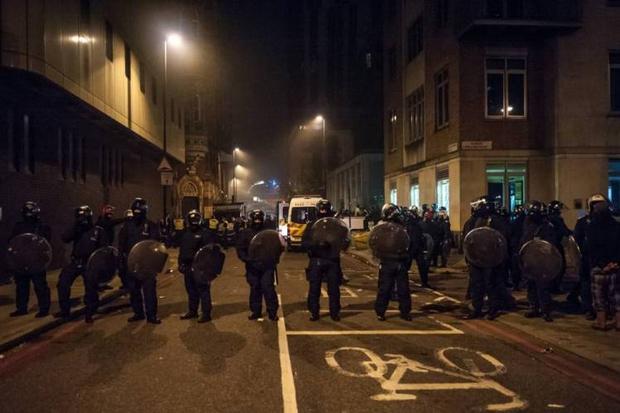 Châm lửa thiêu đốt đường phố, ném đá cảnh sát: Khi lễ hội Halloween vượt xa ranh giới của những trò đùa vô hại - Ảnh 3.
