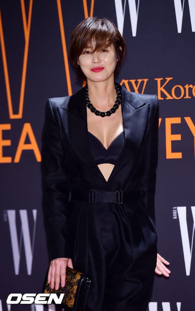 """Sự kiện hiếm có: """"Mẹ Kim Tan"""" Kim Sung Ryung hở bạo, cùng dàn mỹ nhân không tuổi thay nhau """"đè bẹp"""" các nhan sắc đàn em - Ảnh 3."""