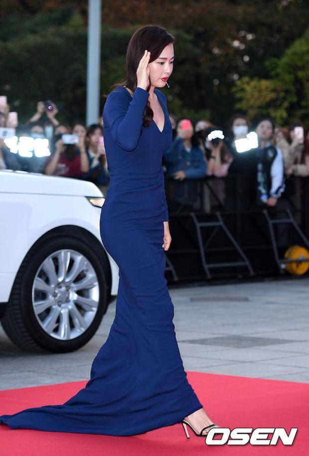"""Thảm đỏ The Seoul Awards: """"Hoa hậu Hàn đẹp nhất thế giới"""" chiếm hết spotlight, Yoona (SNSD) liên tục dùng tay che vòng 1 khiêm tốn - Ảnh 3."""