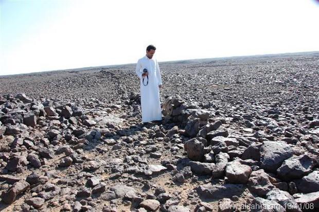 Bí ẩn những hàng rào đá ngàn năm tuổi ở vùng sa mạc Saudi Arabia được phát hiện qua Google Earth - Ảnh 3.