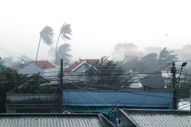 Bão số 12 đã đổ bộ vào đất liền: Hàng nghìn nhà dân ở Khánh Hòa bị sập tường, bay mái - Ảnh 4.