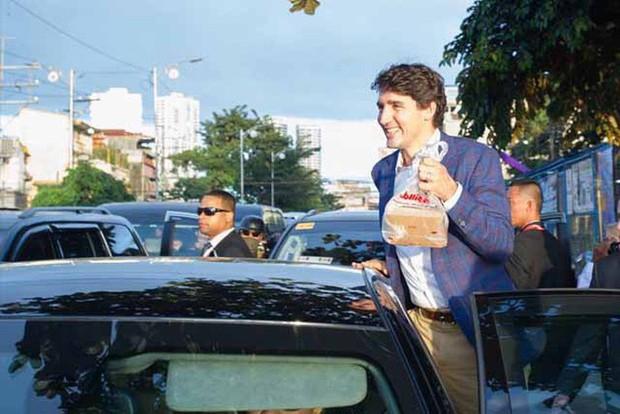 Thủ tướng điển trai Justin Trudeau đi mua gà rán, nước dâu tây và vui vẻ selfie với người hâm mộ tại Philippines - Ảnh 4.