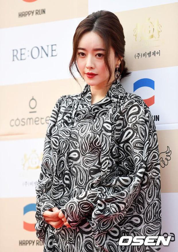 Thảm đỏ Liên hoan phim: Em trai Kim Tae Hee tái xuất, Phạm Băng Băng Hàn Quốc diện đầm khó hiểu bên Eunjung - Ảnh 3.