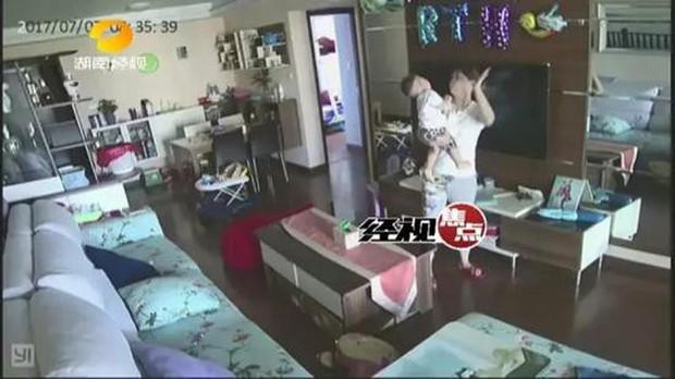 Trung Quốc: Vừa thuê bảo mẫu về không lâu, người mẹ bất chợt xem camera phát hiện con mình bị bạo hành - Ảnh 3.