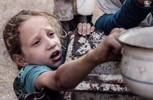 Cạn lương thực, người dân Syria phải lục thùng rác - Ảnh 3.