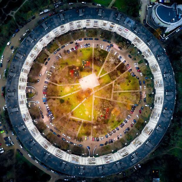 24h qua ảnh: Vòng đu quay khổng lồ trên cầu vượt sông ở Trung Quốc - Ảnh 3.