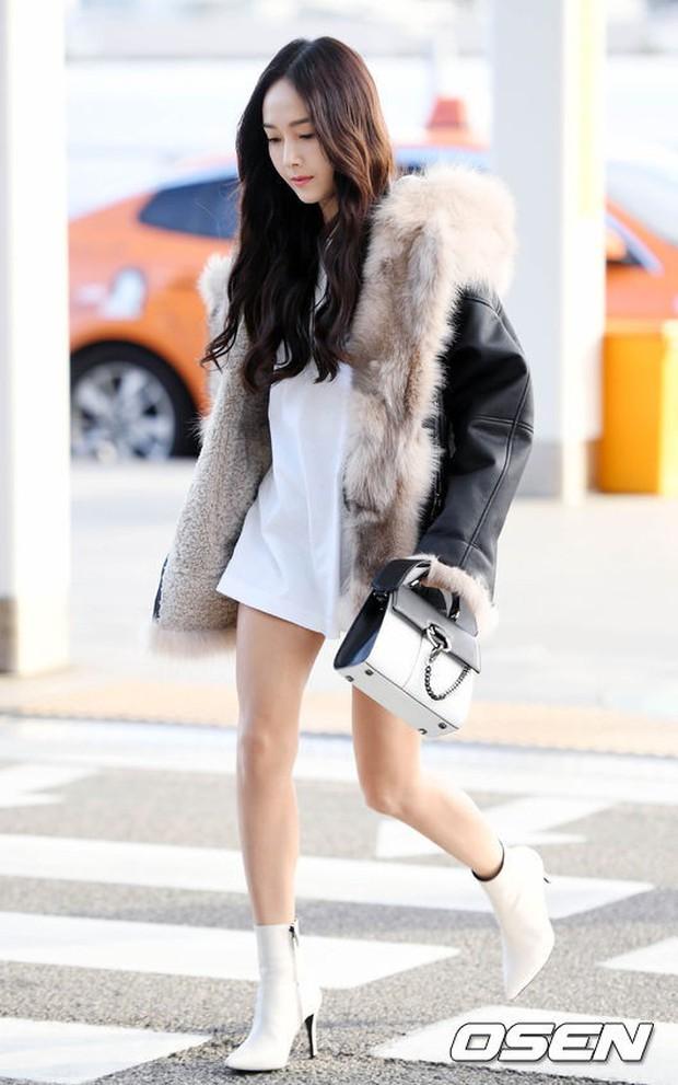 Jessica trở lại thời kỳ đỉnh cao nhan sắc nhưng lại lộ chân tong teo, Sunmi cùng dàn sao Hàn đổ bộ sân bay - Ảnh 3.