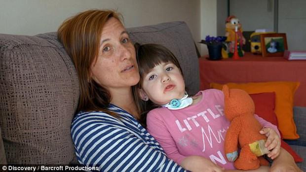 """Bởi """"lời nguyền"""" từ lúc mới sinh, bé gái 3 tuổi mỗi khi ngủ lại có thể tắt thở và ra đi vĩnh viễn - Ảnh 2."""