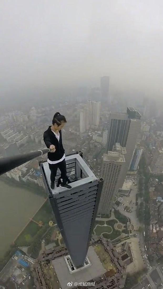 Thanh niên nổi tiếng trên MXH Trung Quốc vì không sợ chết vừa qua đời, nghi là ngã từ trên cao xuống - Ảnh 3.