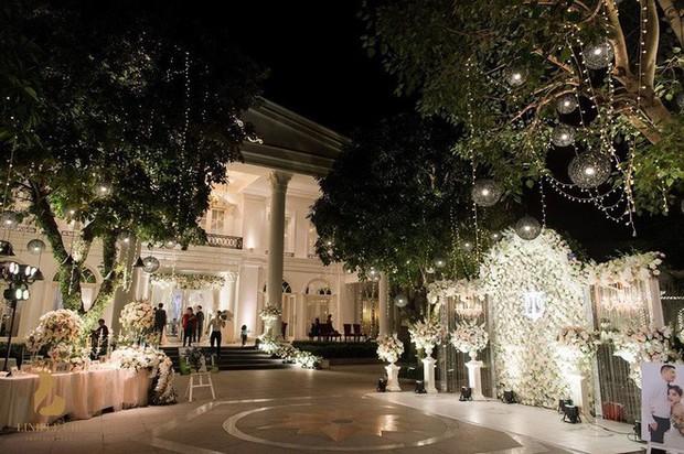 Đám cưới sang chảnh với 10.000 bông hoa tươi và váy đính 5.000 viên pha lê của cô dâu xinh đẹp ở Hà Nội - Ảnh 3.
