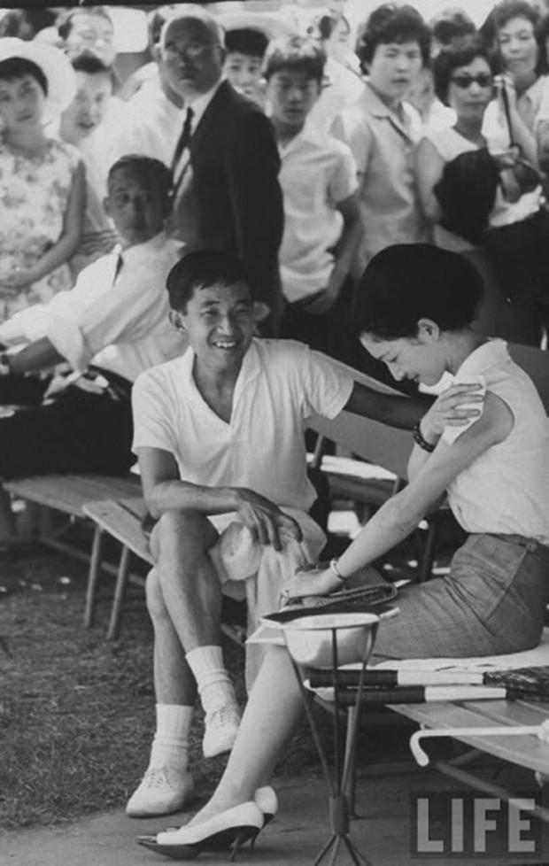 Nhà vua và Hoàng hậu Nhật Bản, mối tình hoàng tộc - thường dân, 60 năm đến đầu bạc và vẫn muốn yêu mãi mãi - Ảnh 3.