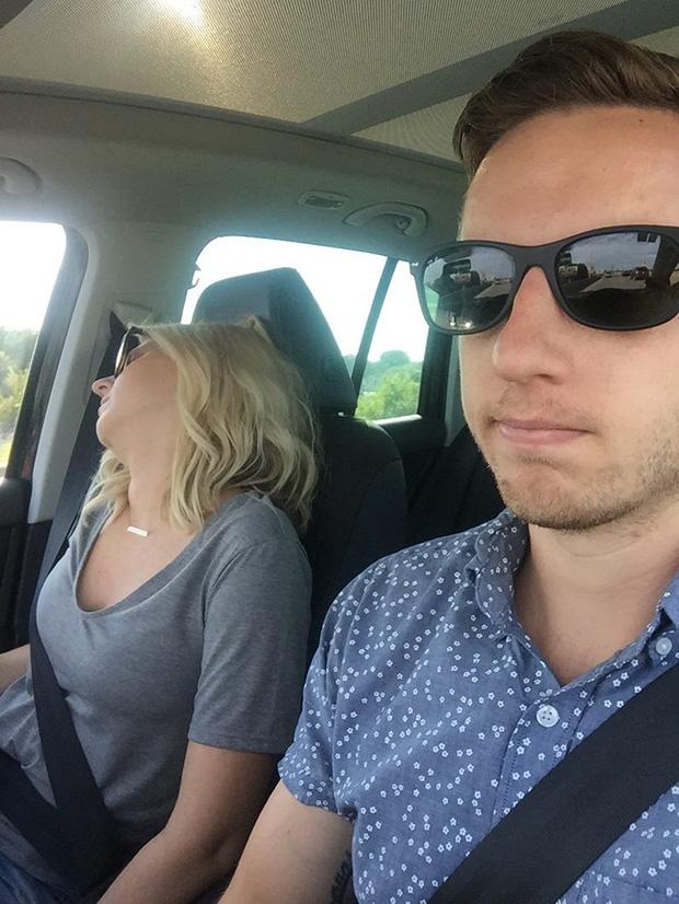 Ông chồng có tâm nhất năm: Cứ nhằm lúc vợ ngủ ngáy trên xe là chụp ảnh rồi khoe khắp mạng xã hội - Ảnh 3.