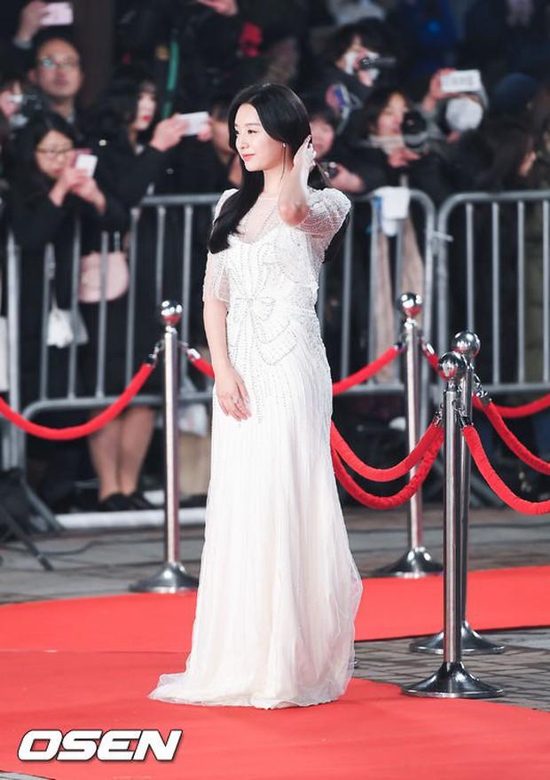 Thảm đỏ KBS Drama Awards: Kim Ji Won gây sốc.. vì quá đẹp, Jang Nara đọ sắc với Kim So Hyun và dàn chị đại không tuổi - Ảnh 3.